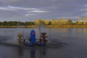Un aérateur en marche sur l'étang du Grand Birieux